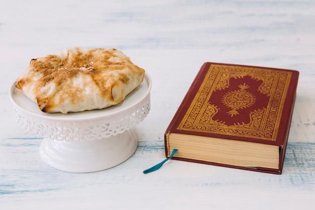 Composizione di cibo arabo per il ramadan con corano