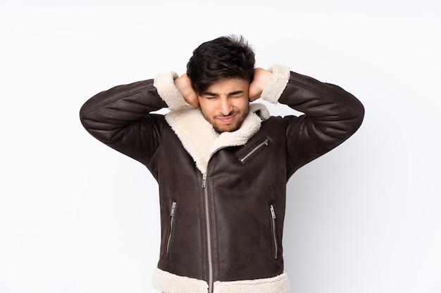 孤立した欲求不満と耳を覆っている上のアラビアのハンサムな男