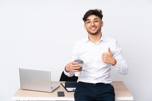 Арабский мужчина в офисе, изолированном на белом, показывает палец вверх