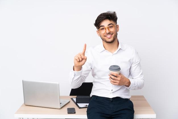 흰색 표시에 고립 된 사무실에서 아라비아 사람과 최고의 기호에 손가락을 들어 올려