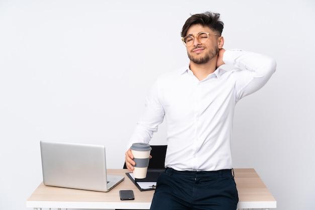 Neckache 흰색 절연 사무실에서 아라비아 사람