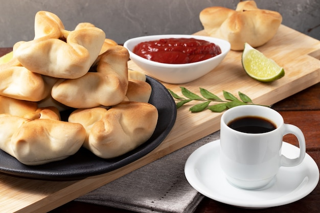 아라비아 고기 esfiha와 커피 한 잔.