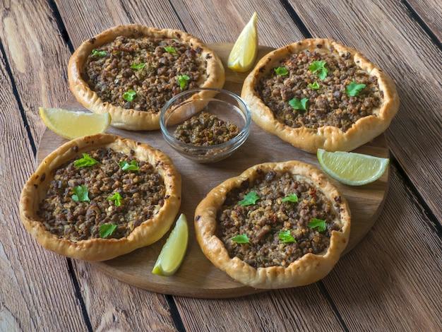Открытые арабские мясные пироги