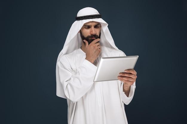 ダークブルーのスタジオの背景にアラビアのサウジアラビアの実業家