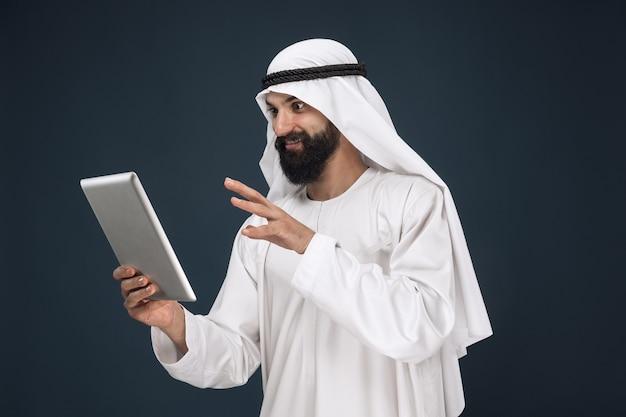 진한 파란색 스튜디오에 아라비아 사우디 사업가
