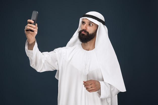 진한 파란색 스튜디오에 아라비아 사우디 사람