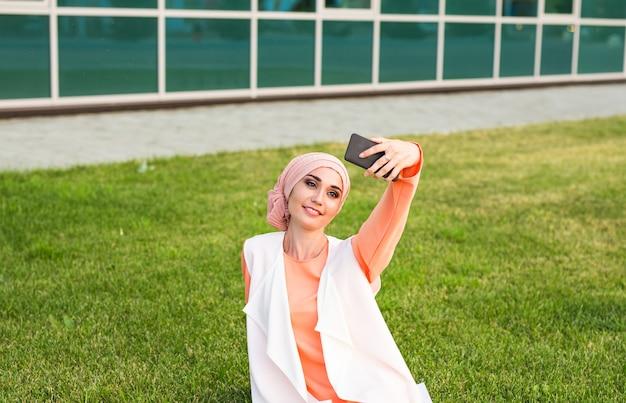 自撮りをしているアラビアの女性