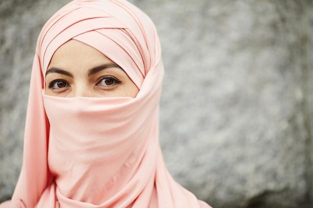 아라비아 여자 히잡 입고