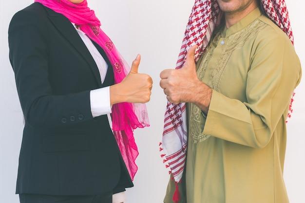 オフィスで働くアラビアのビジネスカップル