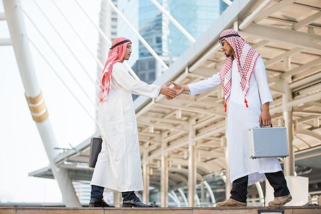 手を振ってアラビア語のビジネスマン