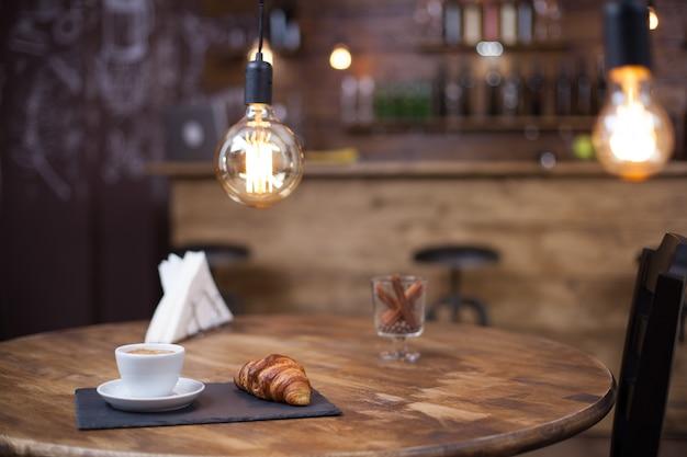 ヴィンテージコーヒーショップでパリジャンデザートと一緒に出されるアラビアコーヒー。美味しいデザート。朝のおやつ。