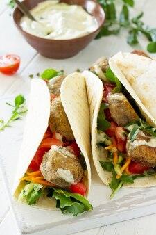 アラビア料理おいしい新鮮な自家製ベジタリアントルティーヤとファラフェル