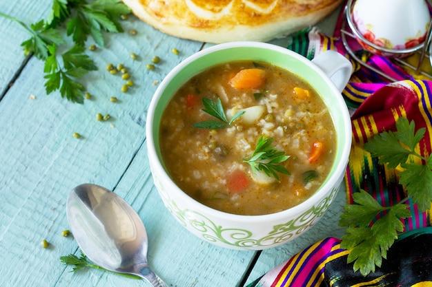 アラビア料理イベントラマダン中東緑豆のスープ木製テーブルコピースペース