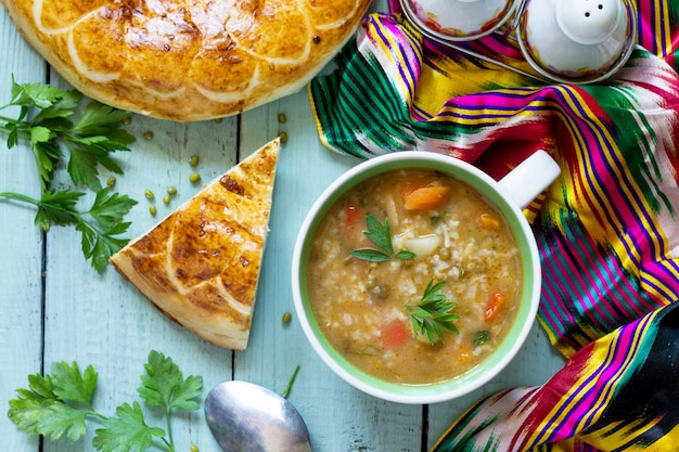 アラビア料理イベントラマダン中東緑豆のスープ木製テーブル上面図フラットレイ
