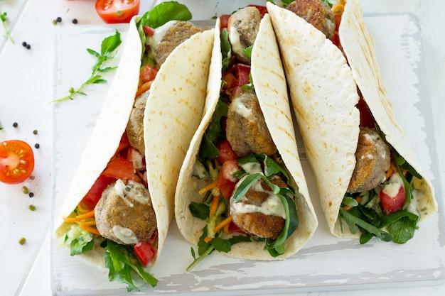アラビア料理ベジタリアン料理おいしい新鮮な自家製ベジタリアントルティーヤとファラフェル Premium写真