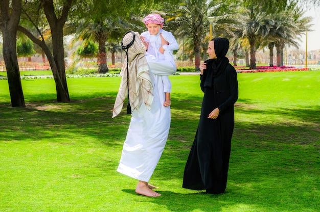 자연의 녹색 풀밭에 아랍어 가족