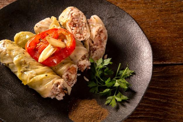アラビア料理。ウッドの背景に食欲をそそるキャベツロール