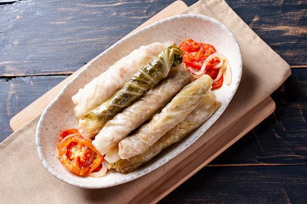 ドルマ、サルマ、またはゴルブツィと呼ばれるアラビア料理。