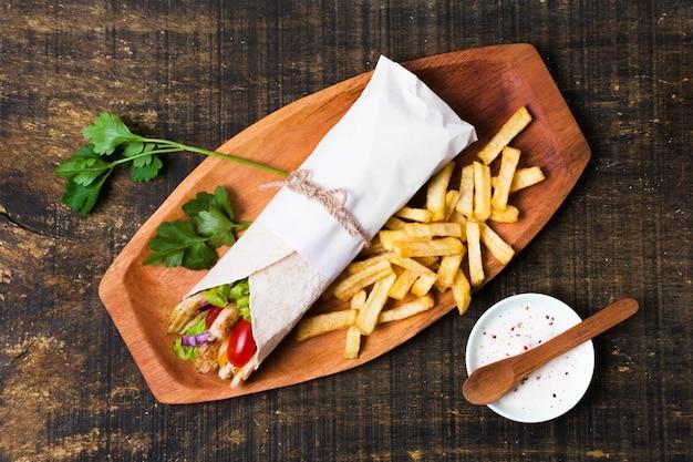 アラビア語のケバブサンドイッチとパセリ