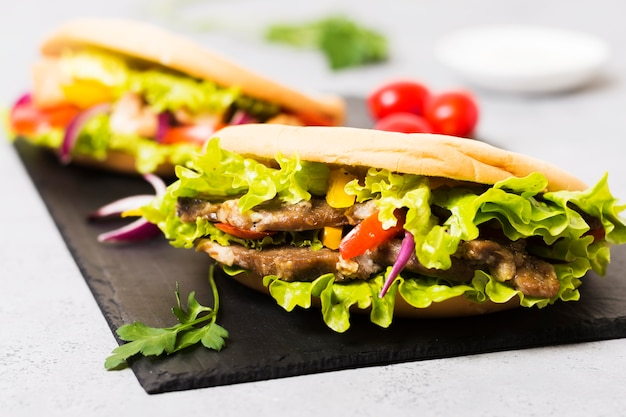 Арабский сэндвич с кебабом в лаваше, вид спереди