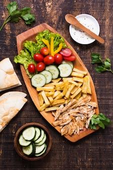 Сэндвич с арабским кебабом на деревянном плато