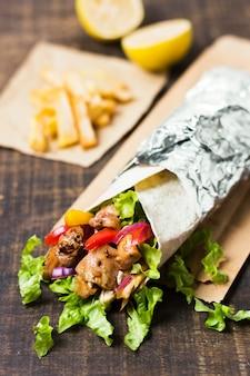 Сэндвич с арабским кебабом, завернутый в алюминиевую фольгу