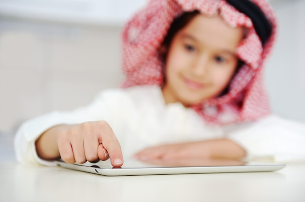 태블릿 컴퓨터에서 일하는 아랍 아이