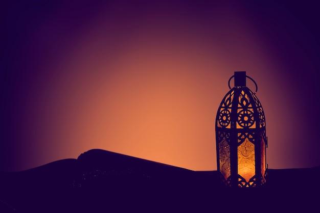 アラビア語のランタンと聖クルアーン、ラマダンカリームの背景