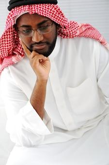 思考するアラビア人
