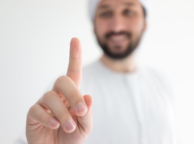 Арабский человек, носить традиционную одежду, нажав абстрактную кнопку для вашего сообщения