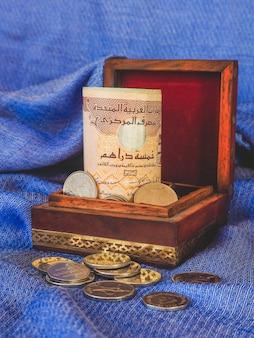 오래 된 나무 상자에 아랍어 돈 디르함입니다.