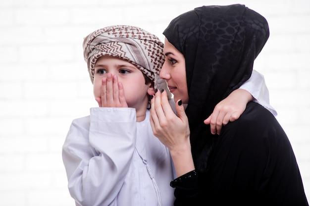 아랍어 어머니와 아들 실내 포즈입니다.