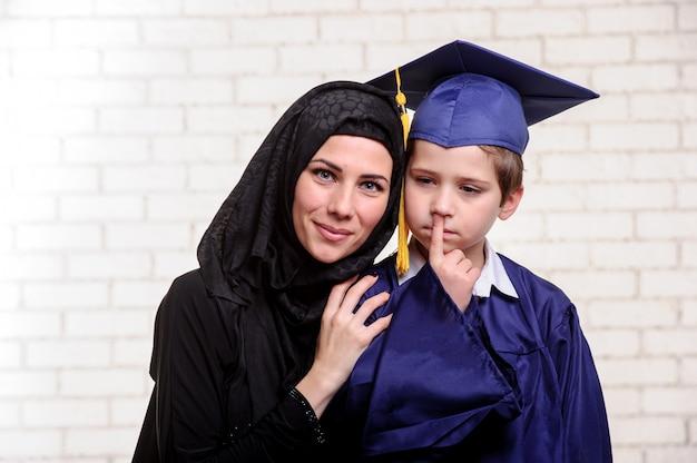 アラビア語の母が卒業した息子でポーズ