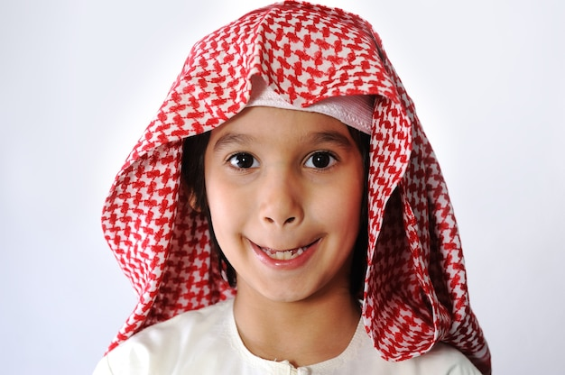 Арабский мусульманский ребенок чистит зубы