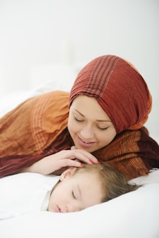 アラビア語イスラム教徒の母親は、彼女の赤ちゃんの遊びと世話