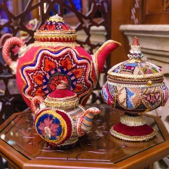 アラビアの古いスタイルのパターン化されたティーポットのクローズアップ