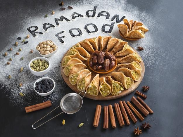 Арабская выпечка фон с надписью рамадан еда.