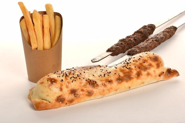 Традиционный арабский рамадан с кебабом, рулет, обертка, салат и соленые огурцы из острого перца