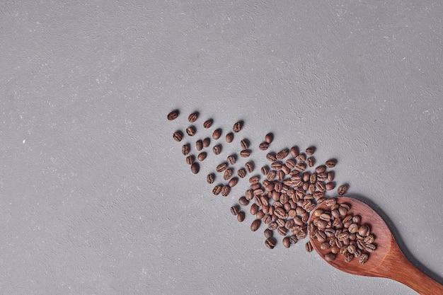 灰色の背景に分離されたアラビカ豆。