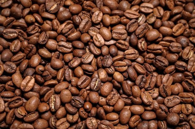 Жареные, запеченные и сортированные кофейные зерна арабика