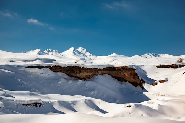 空の下で冬のアラガツ山
