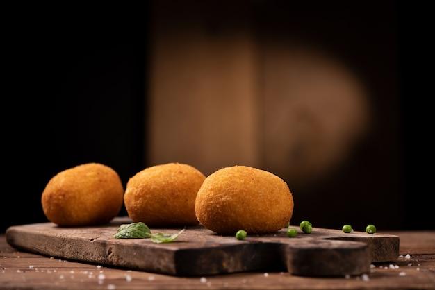 Аранчини - итальянские рисовые шарики, покрытые панировочными сухарями и обжаренные во фритюре.