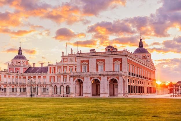 Королевский дворец аранхуэс красивый город в испании для путешествий и туризма, резиденция короля испании в мадриде.