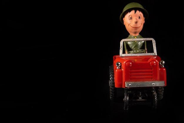 브라질 상파울루 아라라스. 2021년 9월 3일. 긁힌 자국과 먼지가 있는 오래된 1970년대 장난감, 검정색 배경, 선택적 초점.