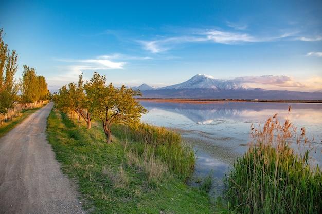Гора арарат с озером и дорогой под голубым небом