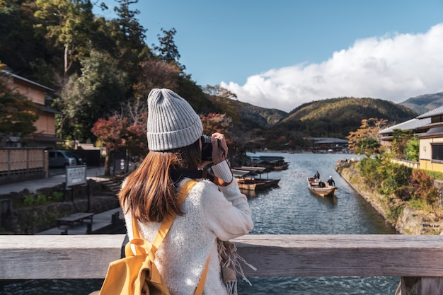 Путешественник молодой женщины смотря красивый ландшафт на arashiyama японии, концепции образа жизни перемещения