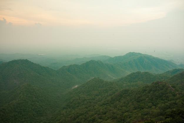インド、ラジャスタン州、ウダイプールのクンバルガル要塞からのアラバリヒルビュー。
