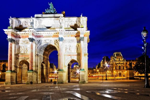 Триумфальная арка на площади каррузель (сад тюильри). париж. франция.