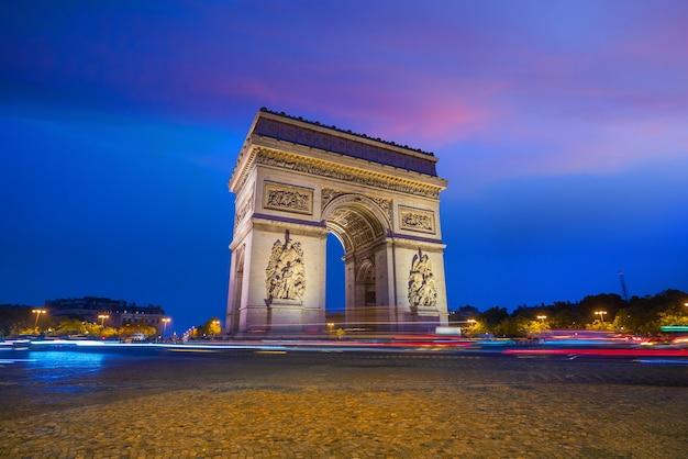 Триумфальная арка в париже, франция, в сумерках.