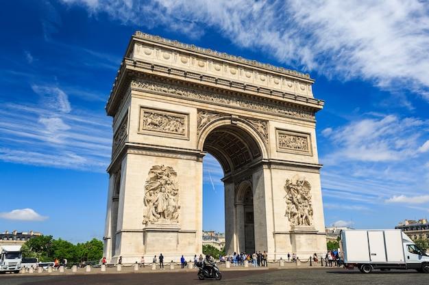 Триумфальная арка на фоне голубого неба в париже.